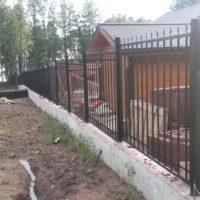 Сварной забор с элементами ковки для коттеджа