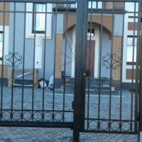 Сварное ограждение на ленточном фундаменте, откатные ворота и калитка