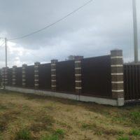 Забор из металлического штакетника и профлиста с кирпичными столбами