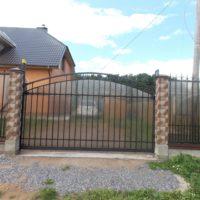 Производство и установка сварного забора с ковкой на ленточном фундаменте со столбами из бетонных блоков, ворот, калитки для загородного дома