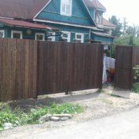 Деревянный забор глухой с распашными воротами и калиткой
