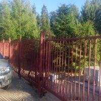 Сварной забор с элементами ковки с откатными автоматическими воротами и калиткой