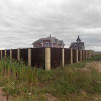 Установка деревянного забора на ленточном фундаменте с кирпичными столбами для коттеджа
