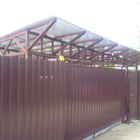 Забор из профильного листа на винтовых сваях