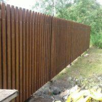 Деревянный забор на винтовых сваях с откатными воротами