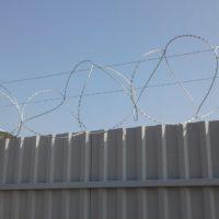 Забор из профильного листа с колючей проволокой, распашные ворота, калитка