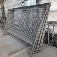 """Изготовление секций строительного ограждения из уголка и сварной сетки """"Тип 5А, Сигнальное""""."""
