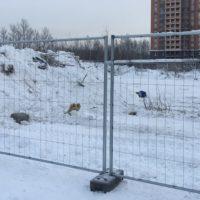 Поставка мобильного строительного оцинкованного ограждения на бетонных блоках