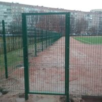 Монтаж ограждения для спортивной площадки из сварной 3D сетки с распашными воротами и двумя калитками.