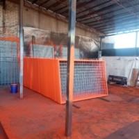 Производство и поставка комплекта строительного дорожного ограждения из уголка и сварной сетки со столбами из профильной трубы.