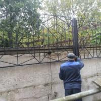 Изготовление и монтаж сварного ограждения на существующий забор из бетонных плит.