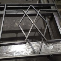 Производство и монтаж сварного ограждения с поручнем из лиственницы для детской площадки.